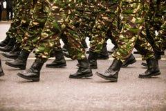 Soldados que marcham durante o dia nacional do ` s de Romênia Fotos de Stock