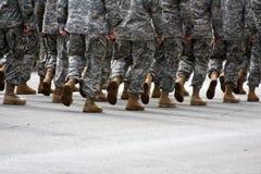Soldados que marchan con el sitio para la copia Imagen de archivo libre de regalías