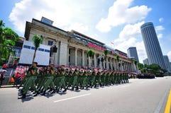 Soldados que marchan durante NDP 2010 Imagen de archivo libre de regalías