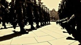 Soldados que marchan en la calle de la ciudad