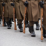 Soldados que marchan en una fila Imagen de archivo libre de regalías