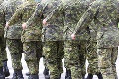 Soldados que marchan en uniforme Fotografía de archivo