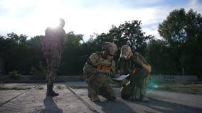 Soldados que miran el mapa durante la operación militar almacen de metraje de vídeo