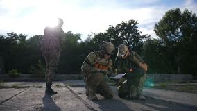 Soldados que olham o mapa durante a operação militar vídeos de arquivo