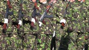 Soldados que presentan las armas en un desfile metrajes