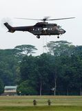 Soldados que Rappelling do helicóptero imagem de stock