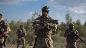 Soldados que se colocan en campo almacen de metraje de vídeo