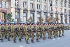 Soldados que se preparan para el desfile Foto de archivo libre de regalías