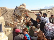 Soldados que traen ayuda en Afganistán Imagen de archivo libre de regalías