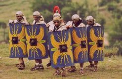 Soldados romanos en la formación de batalla del festival antiguo Antiquithas Rediviva Fotografía de archivo