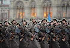 Soldados rusos bajo la forma de gran guerra patriótica en el desfile en Plaza Roja en Moscú Fotos de archivo