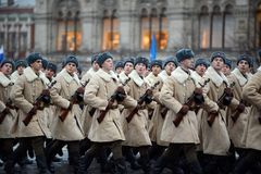 Soldados rusos bajo la forma de gran guerra patriótica en el desfile en Plaza Roja en Moscú Foto de archivo