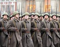 Soldados rusos bajo la forma de gran guerra patriótica en el desfile en Plaza Roja en Moscú Imagenes de archivo