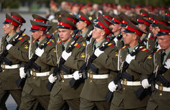 Soldados rusos en la repetición del desfile Imagenes de archivo