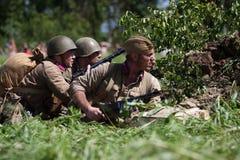 Soldados rusos en un foso Fotografía de archivo libre de regalías