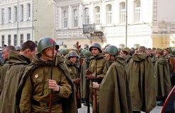 Soldados rusos jovenes en el uniforme de la Segunda Guerra Mundial Imagen de archivo libre de regalías
