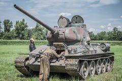 Soldados rusos que comprueban un tanque Fotografía de archivo libre de regalías