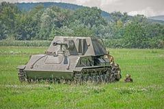 Soldados rusos que ocultan detrás de un tanque Foto de archivo