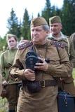 Soldados soviéticos de la Segunda Guerra Mundial con la cámara de película Imagen de archivo