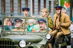 Soldados soviéticos uniformados y oficiales de la gente Fotografía de archivo