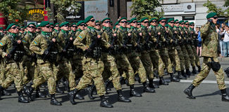 Soldados ucranianos que marchan en el desfile militar Imagenes de archivo