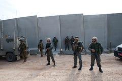 Soldados y barrera israelíes de la separación Fotografía de archivo libre de regalías