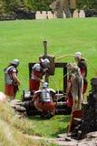Soldados y catapulta romanos Imagen de archivo