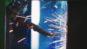 Soldadura de la fábrica Brazo del robot industrial Procedimiento mecánico de la automatización primer almacen de metraje de vídeo