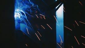 Soldadura de la fábrica Brazo del robot industrial Procedimiento mecánico de la automatización Primer metrajes