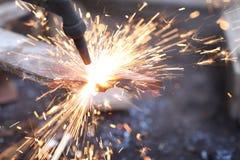 Soldadura del hierro en taller foto de archivo