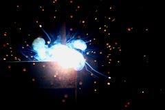 Soldadura del metal con las chispas y el humo foto de archivo libre de regalías