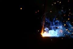Soldadura del metal con las chispas y el humo fotografía de archivo libre de regalías