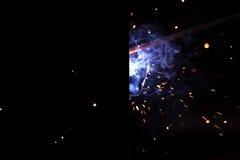 Soldadura del metal con las chispas y el humo imagen de archivo