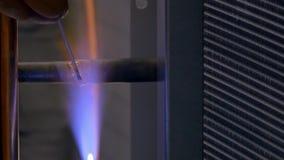 Soldadura del metal en fábrica almacen de video