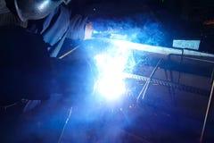 Soldadura del refuerzo de acero Chispas y luz de la soldadura Soldadura eléctrica Foto de archivo libre de regalías