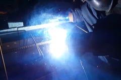 Soldadura del refuerzo de acero Chispas y luz de la soldadura Soldadura eléctrica Fotografía de archivo