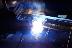 Soldadura del refuerzo de acero Chispas y luz de la soldadura Soldadura eléctrica Imagen de archivo libre de regalías
