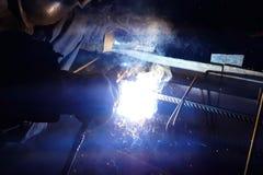 Soldadura del refuerzo de acero Chispas y luz de la soldadura Soldadura eléctrica Fotos de archivo libres de regalías