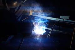 Soldadura del refuerzo de acero Chispas y luz de la soldadura Soldadura eléctrica Imagen de archivo