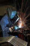 Soldadura del soldador en una fábrica industrial Fotografía de archivo libre de regalías