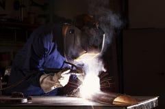 Soldadura del trabajador en taller. Imagenes de archivo