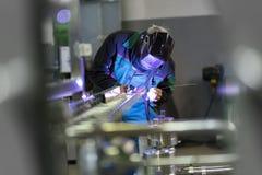 Soldadura del trabajador industrial en fábrica del metal fotografía de archivo