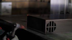 Soldadura do arg?nio Trabalhador industrial na máscara protetora na fabricação da produção filme