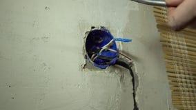 Soldadura do close-up dos fios de cobre com um ferro de solda usando a lata vídeos de arquivo