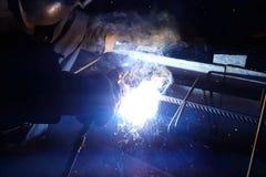 Soldadura do reforço de aço Faíscas e luz da soldadura Soldadura elétrica Fotografia de Stock