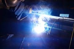 Soldadura do reforço de aço Faíscas e luz da soldadura Soldadura elétrica Imagens de Stock