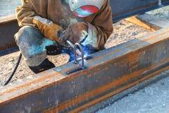 Soldadura do trabalhador em uma fábrica Solda em uma planta industrial Imagens de Stock