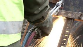 Soldadura industrial del trabajador del metal que corta un pedazo de metal grande almacen de video