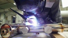 Soldadura micro Chispa del uso del operador electro que graba el equipo para el metal del carburo en la fábrica Quitando la másca almacen de metraje de vídeo