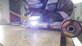 Soldadura micro Trabajador en chispa del uso de la máscara la electro que graba el equipo para el surco del metal del carburo con almacen de metraje de vídeo